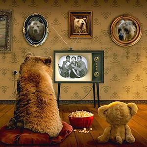 テディベアと一緒にテレビをみる小熊