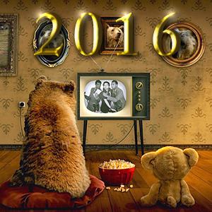 レトロなテレビをテディベアと見る小熊。その上にゴールドに輝く2016の文字