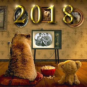 レトロなテレビをテディベアと見る小熊。その上にゴールドに輝く2018の文字