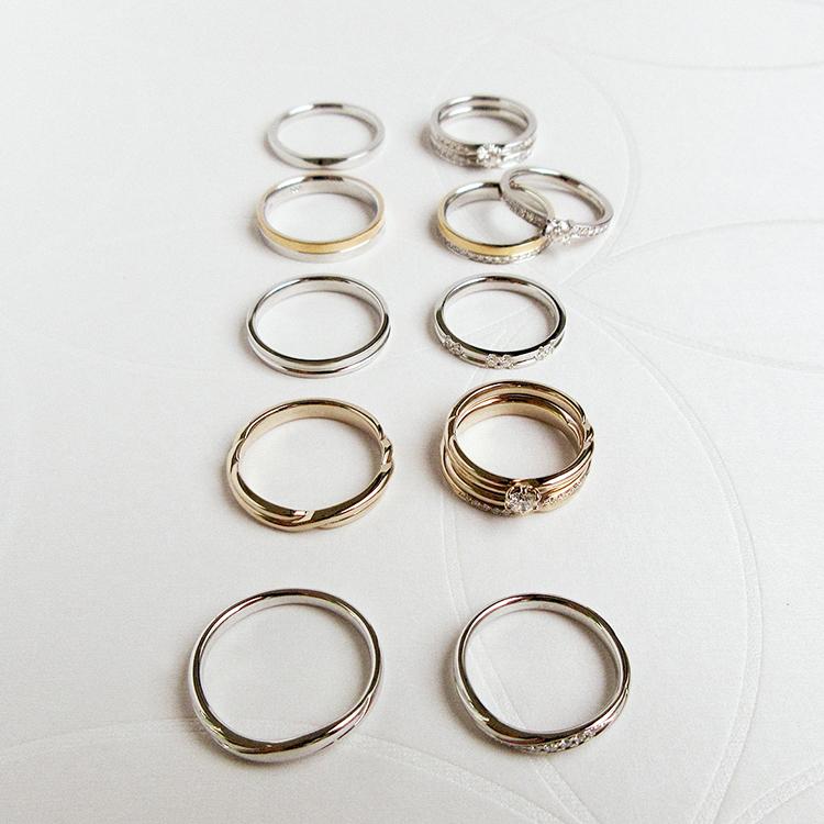 鍛造のかたむの結婚指輪と婚約指輪を並べた俯瞰